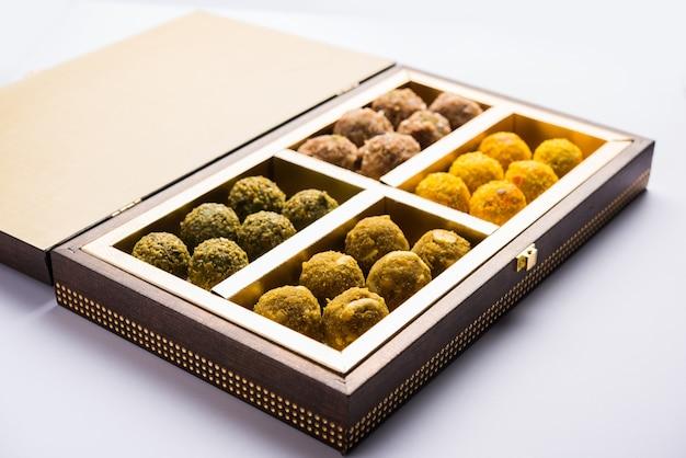 날짜 오트밀 공 또는 선물 상자 포장 접시에 말린 과일 라두, 선택적 초점