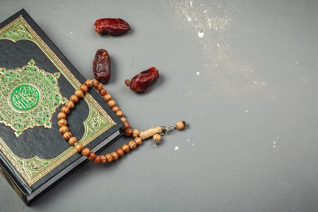 Даты с четками и священной книгой корана