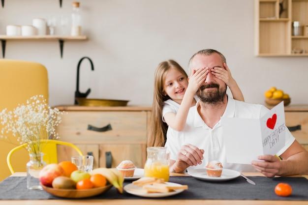 Дочь и папа за завтраком в день отцов