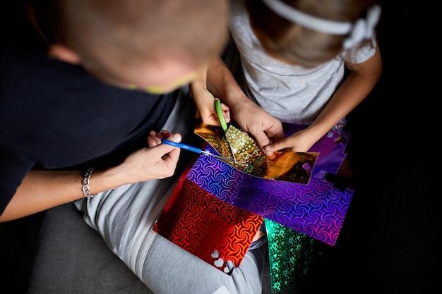 自宅のソファで一緒に工芸品を作ったり、はさみで紙を切ったり、暗い光で楽しんだり、