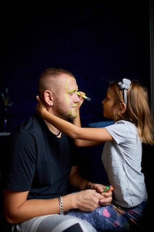 娘と父が楽しんで顔を描く