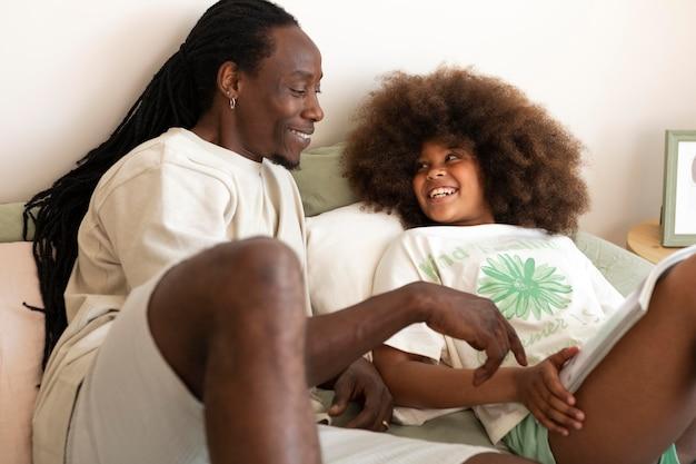 Дочь и отец вместе читают книгу