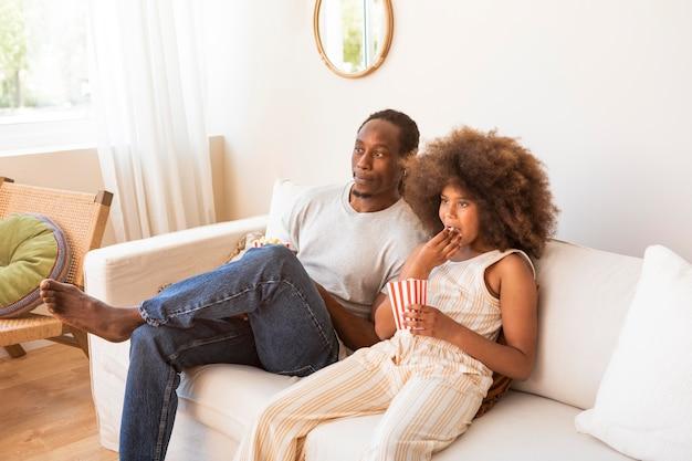 Дочь и отец отдыхают дома, смотрят фильмы