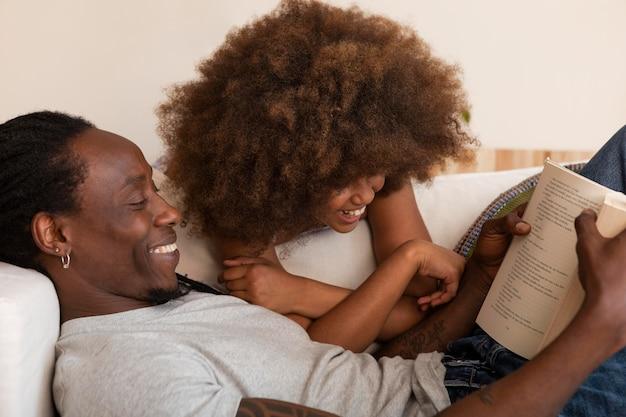 家でリラックスする娘と父