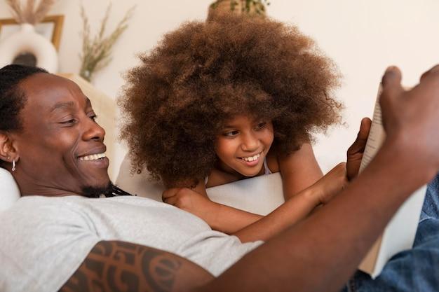 딸과 아버지 집에서 휴식