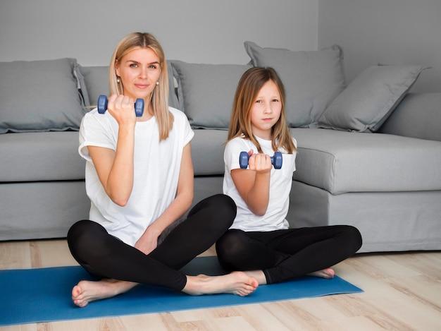 Дочь и мама занимаются спортом