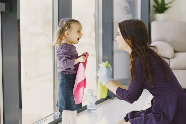 딸과 어머니 함께 창 청소
