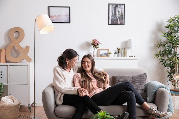 Дочь и мать на диване
