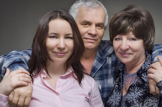 Дочь и пожилые родители - улыбающаяся семья