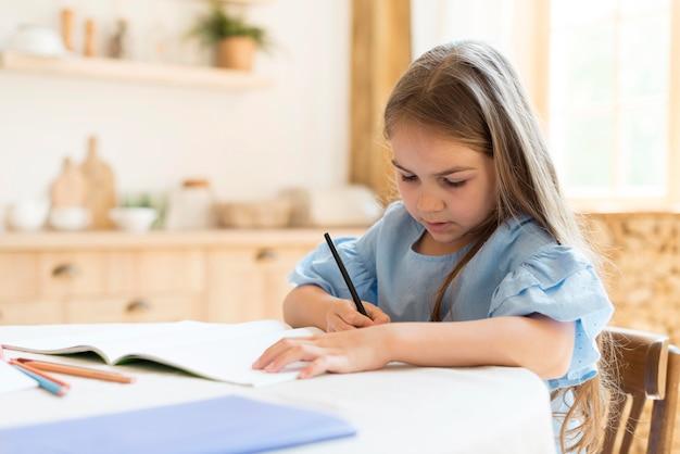 Дочь делает домашнее задание дома