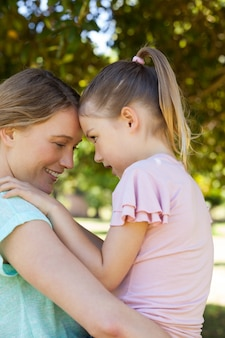 彼女の母親を公園に抱く娘