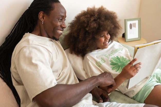 Figlia e padre che leggono un libro insieme