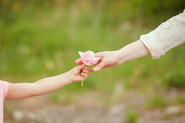 엄마에게 꽃을 주는 딸, 어머니의 날