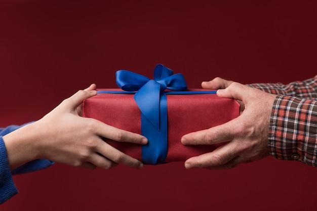 Дочь дает отцу подарок