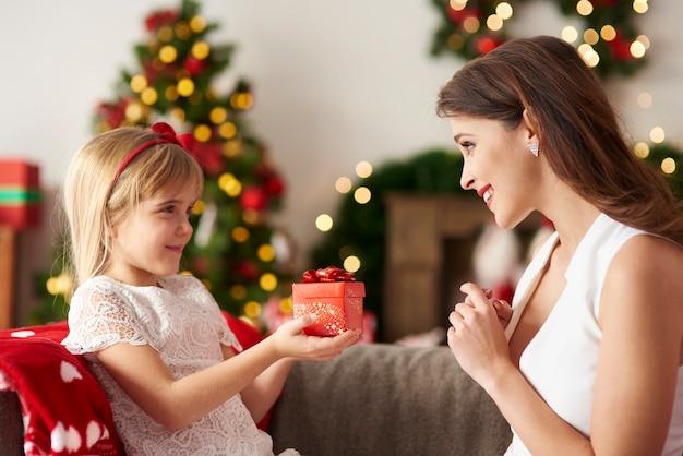 Дочь вручает подарок маме