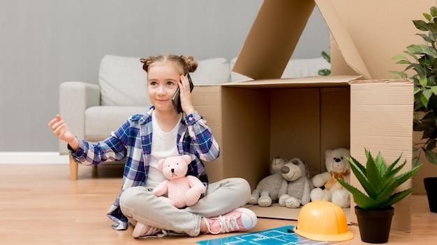 Дочь помогает упаковывать коробки
