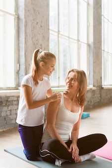 Дочь держит маму в позе йоги
