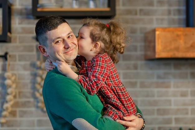 娘が父親に抱き合ったりキスしたりする