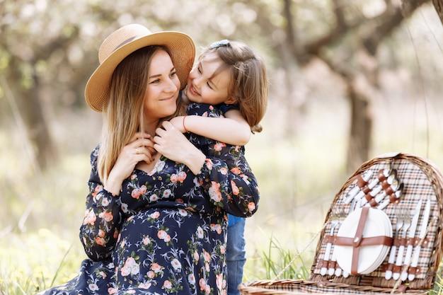 娘はお母さんを抱擁します