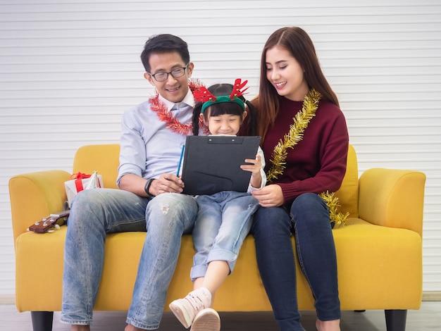 Дочь рисует отца и мать, концепция семьи