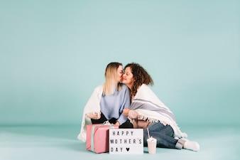 母の日に娘にキスするママ