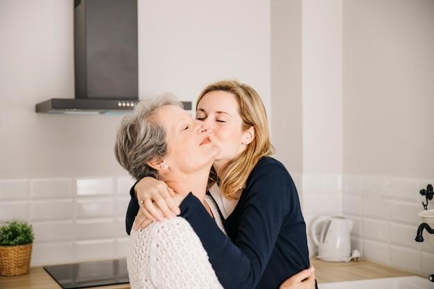 어머니의 날에 엄마를 키스하는 딸
