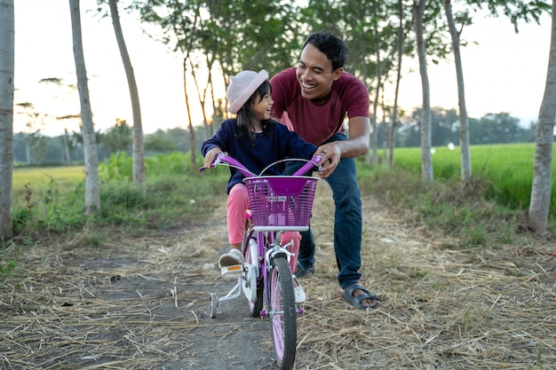 아빠와 함께 자전거를 타고 학습 딸