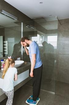 Дочь, глядя на взвешивающего отца