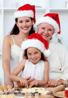 딸, 어머니와 할머니 베이킹 크리스마스 케이크