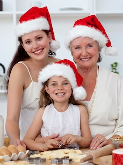 딸, 어머니와 할머니 크리스마스 과자 굽기