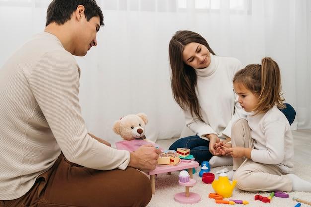 家で両親と遊ぶ娘