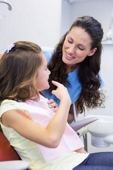 Дочь, показывая зубы матери