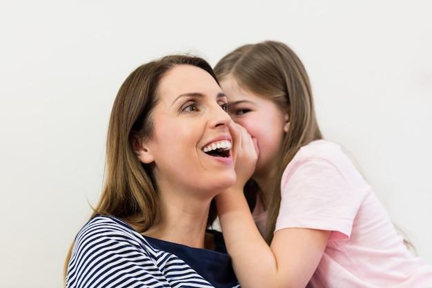 그녀의 어머니 귀에 속삭이는 딸