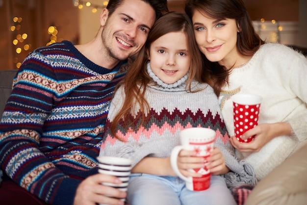 카메라 앞에서 포즈를 취하는 부모와 딸