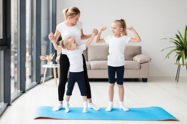 Дочери тренируются с мамой дома
