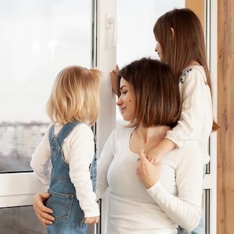 Дочки обнимают маму
