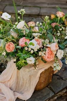 夏のアルストロメリアとバラの花のウェディングブーケdavid austin