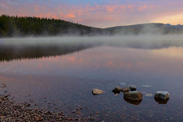 アプガー近くのマクドナルド湖の夜明け