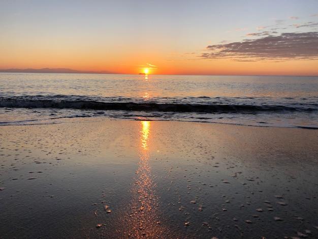 바다 모래 해변에서 새벽 로도스 그리스