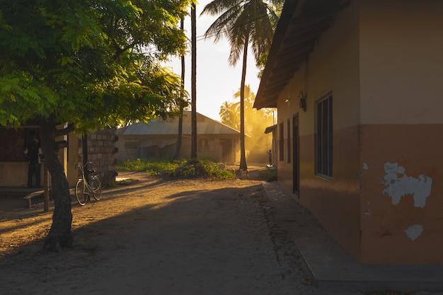 地元のアフリカの村の夜明け