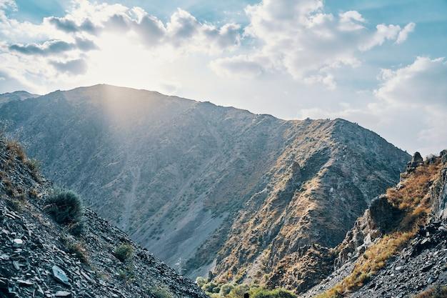 夕日と岩が多い下り坂の夜明け