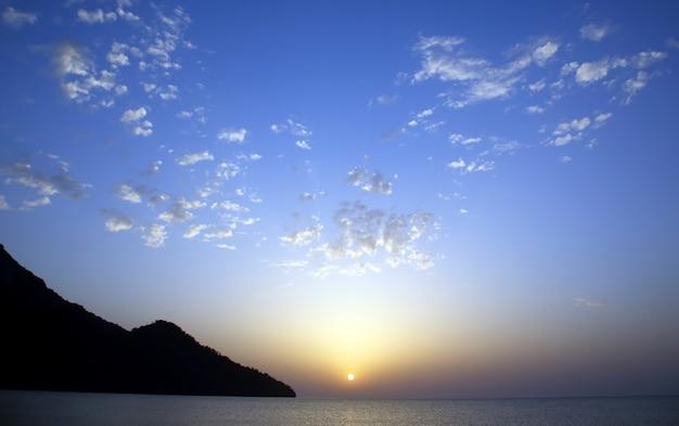 육즙 구름에 태양의 새벽