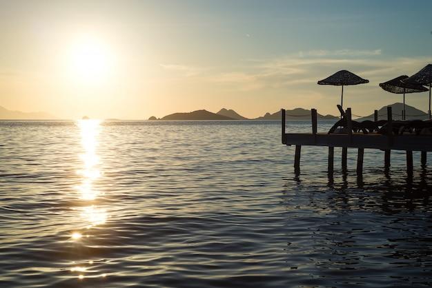 海の地平線から昇る太陽の夜明け。