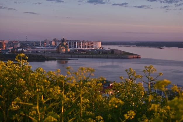 ヴォルガ川の堤防の夜明け。ニジニノヴゴロド