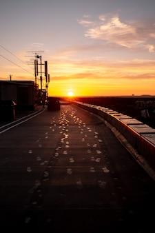 키 큰 집 지붕에 새벽 프리미엄 사진