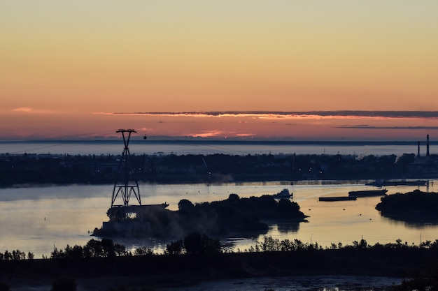 Рассвет над канатной дорогой через реку