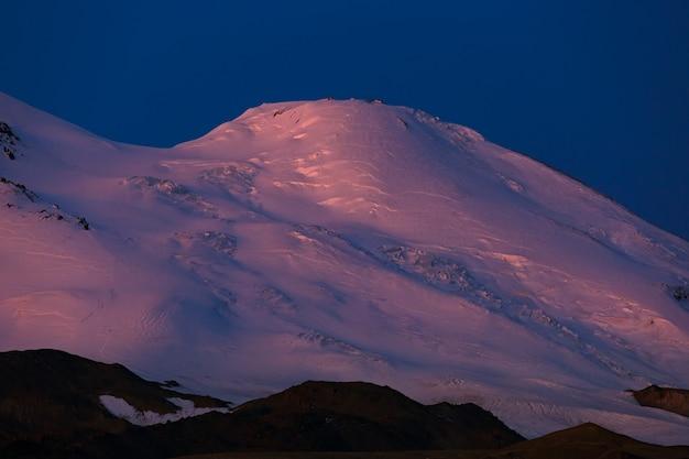 エルブルス山の西の頂上に夜明け。た