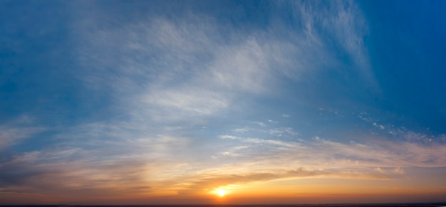 Рассветное небо, солнечные лучи и сны, утренняя панорама.