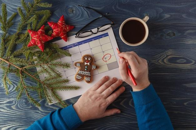День 25 месяца, календарь на рабочем месте фон с утренней чашкой кофе. новогодняя концепция. пустое место для текста
