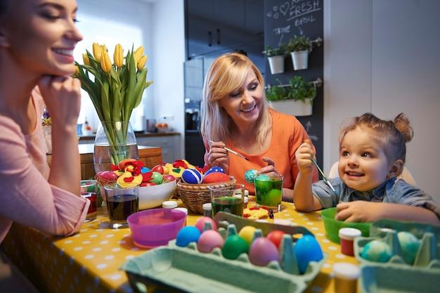 Il giorno prima di pasqua, stiamo dipingendo le uova Foto Gratuite